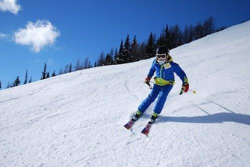 Que hacer en Queenstown con niños-Un niño esquiando en Queenstown